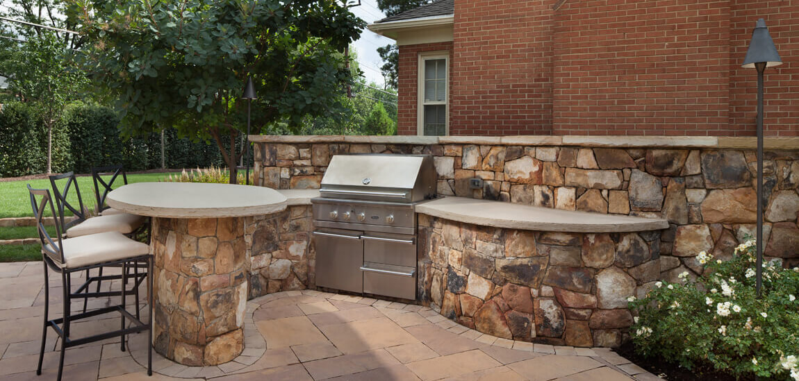 S-shaped backyard kitchen layout