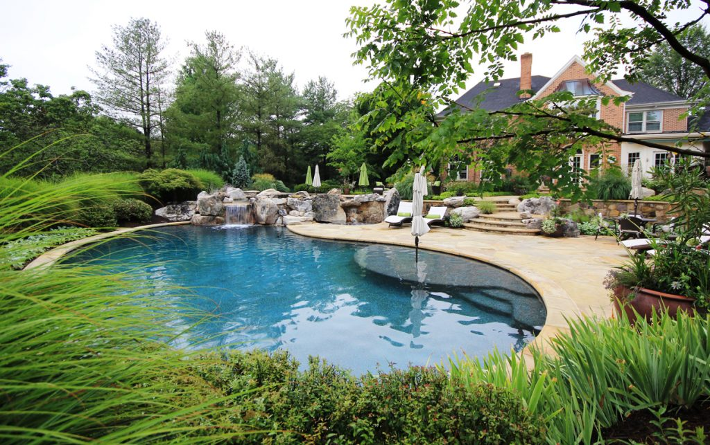 curved-swimming-pool-design-with-built-in-umbrella-stand