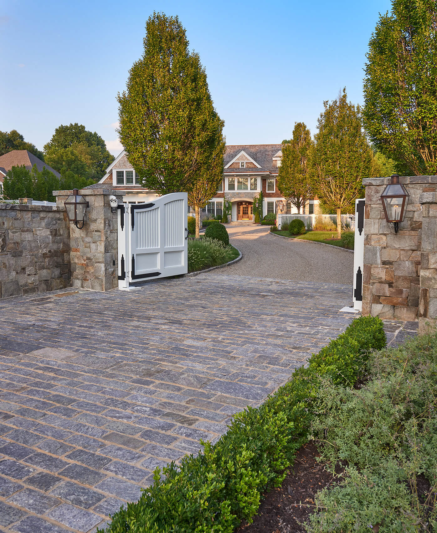 front-yard-landscaping-driveway-entrance